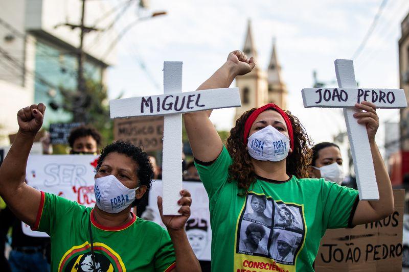 Manifestantes carregam cruzes com os nomes das vítimas —que inclui João Pedro Mattos Pinto, 14, morto em casa pela polícia em Maio—nas ruas de São Gonçalo. Brasil, 5 de Junho.