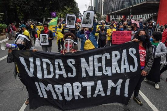 """Manifestantes carregam faixa com a frase """"Vidas Negras Importam"""" durante um protesto em São Paulo. 14 de Junho."""