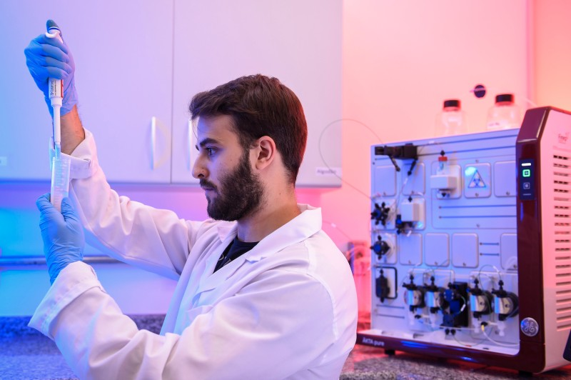 A chemical engineering student works with a test during the method of separating specific proteins to be applied in the production of vaccines.