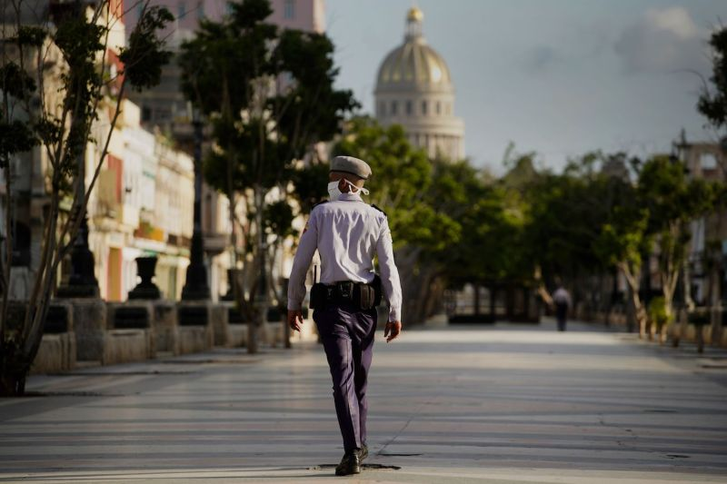 A police officer wearing a face mask stands guard at the Capitol in Havana, on September 1, during a curfew imposed to contain the resurgence of COVID-19.