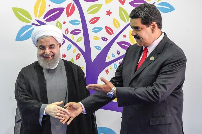 Hasán Rohaní, el presidente de Irán (izquierda) saluda al presidente venezolano, Nicolás Maduro