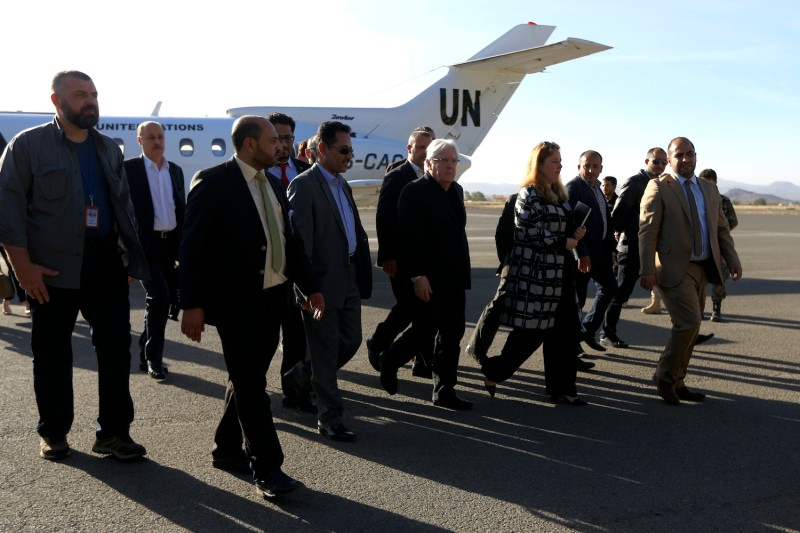 Martin Griffiths (center), the United Nations special envoy for Yemen