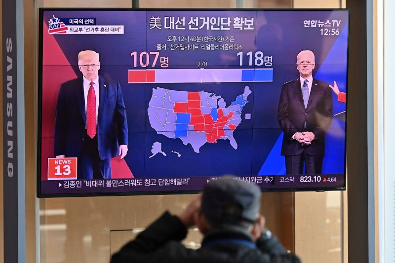 People watch a news program reporting on the U.S. presidential election at a railway station in Seoul on Nov. 4.
