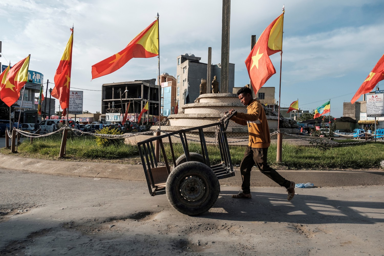 Un joven empuja un carro frente a las banderas de Tigrayan en la Plaza de los Mártires en la ciudad de Mekelle el 9 de septiembre de 2020.