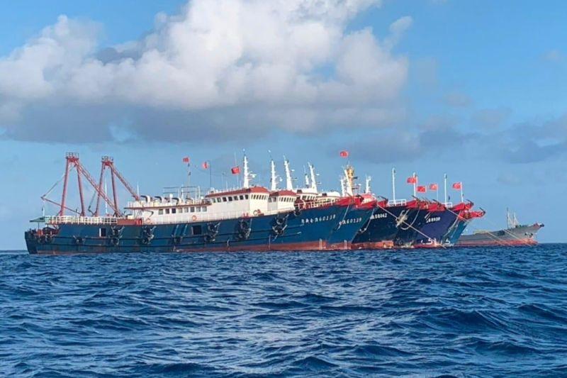 Six Chinese fishing vessels at Whitsun Reef.