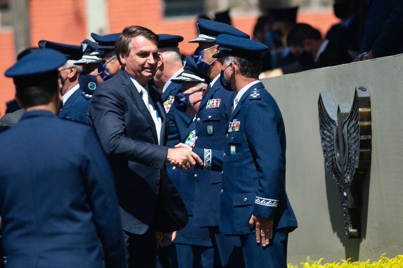 Brazilian President Jair Bolsonaro greets military aeronautics.