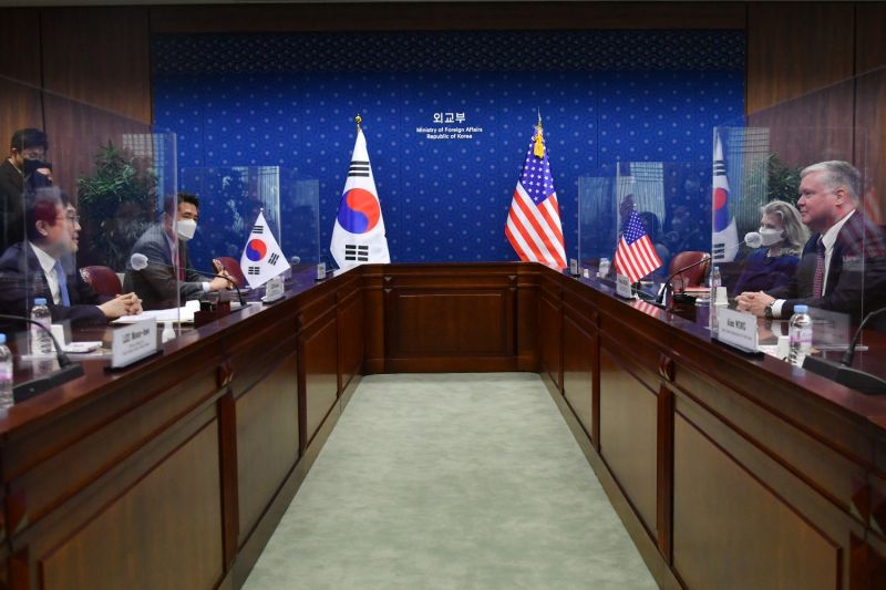 U.S. Special Representative for North Korea Stephen Biegun (right) talks with South Korea's Special Representative for Korean Peninsula Peace and Security Affairs Lee Do-hoon.