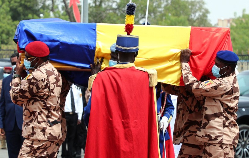 Chadian soldiers carry the coffin of late Chadian President Idriss Déby during his funeral.