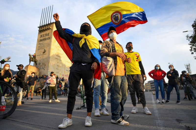 Colombians protest against the president.