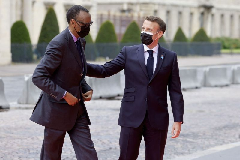 French President Emmanuel Macron welcomes Rwandan President Paul Kagame to an international conference on Sudan in Paris on May 17.