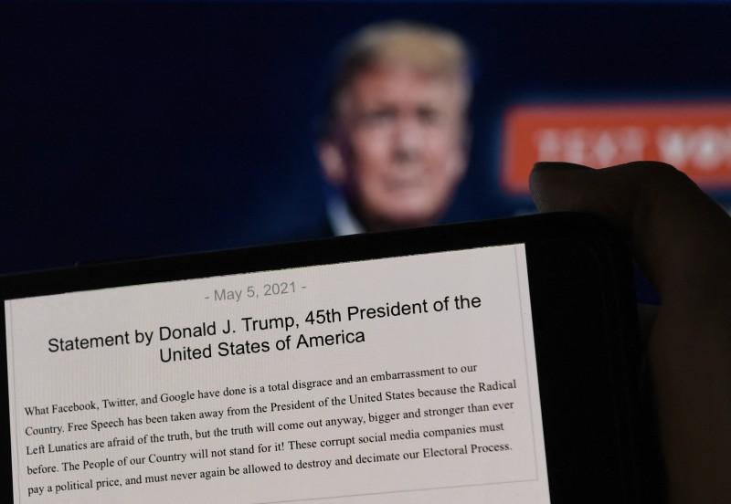 Facebook extends Trump ban