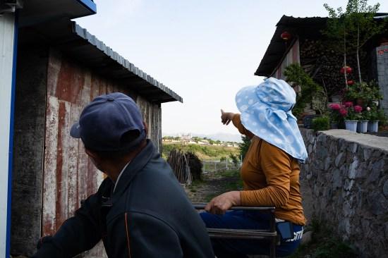 中国村民指着朝鲜边境的一家水泥厂