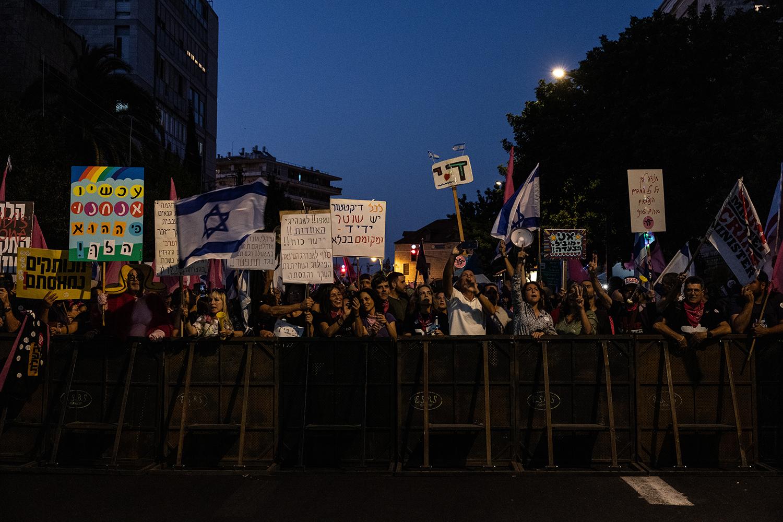 Protesters outside Benjamin Netanyahu's residence