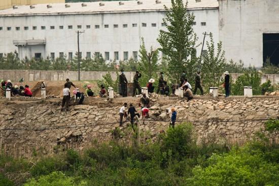 朝鲜人在河岸上铺砖