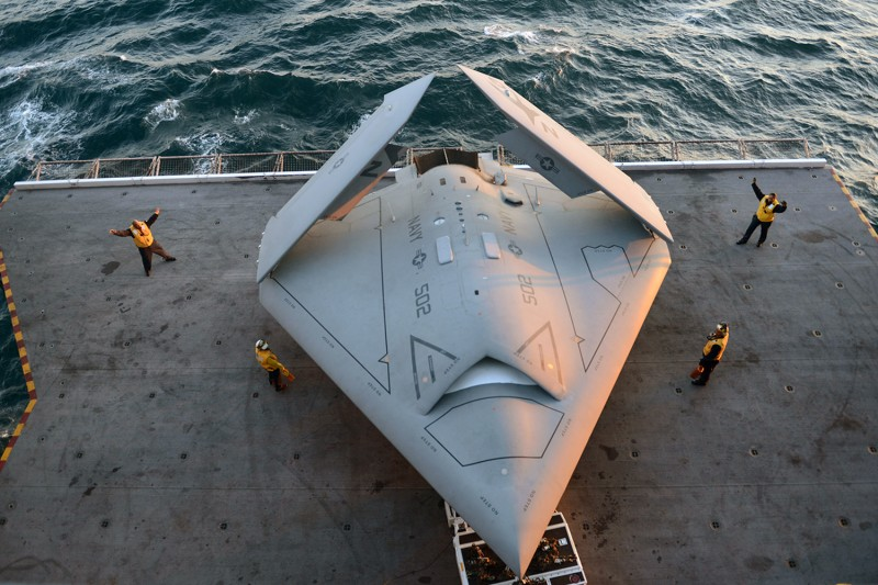 Sailors move an X-47B combat drone aboard the aircraft carrier USS George H.W. Bush in the Atlantic Ocean on May 14, 2013.