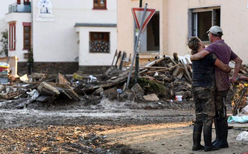 A couple hugs after German floods.
