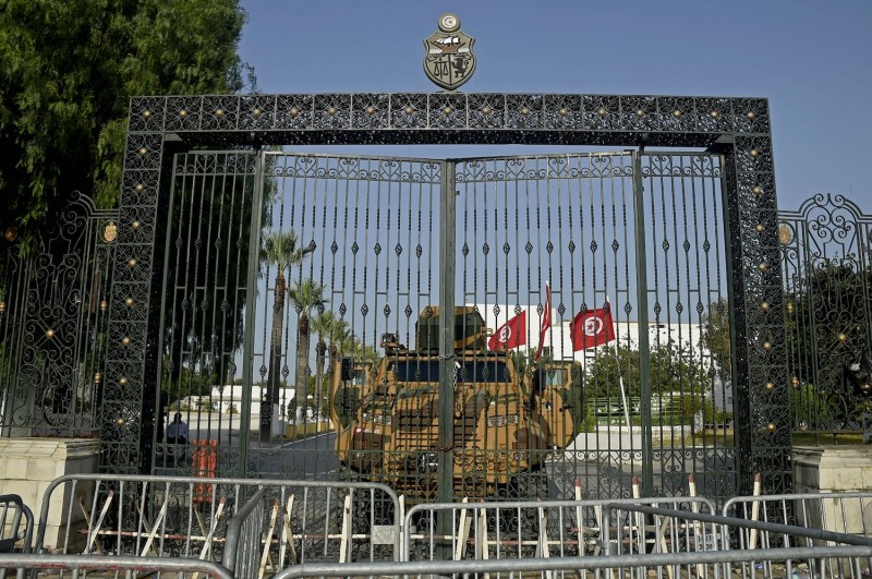 The Tunisian army barricades the parliament.