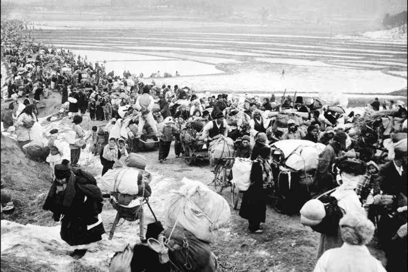 Korean refugees flee to the south.