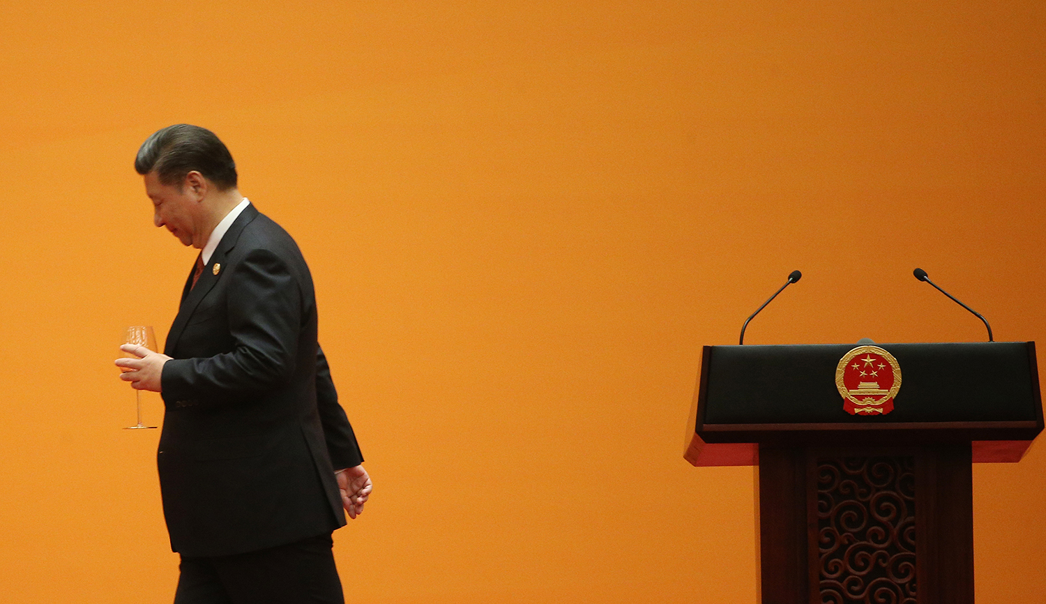 Chinese President Xi Jinping leaves after making a toast during a welcome banquet .