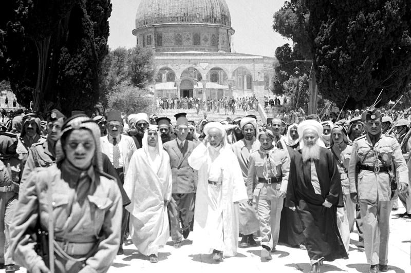 עבדאללה הראשון, מלך ירדן (במרכז) מול כיפת הסלע בירושלים, 17 ביוני 1948.